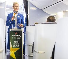 SURPRIZĂ DE LA KLM și HEINEKEN: ACUMA POȚI BEA BERE la DRAUGHT ȘI ÎN TIMPUL ZBORULUI!