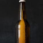 Curând s-ar putea să bem din cutii de bere din fibra de lemn!