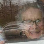 """O bătrânică de 93 de ani """"strigă"""" după bere de la geam!"""